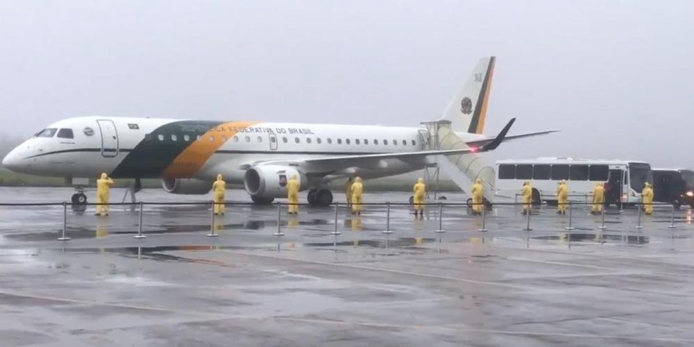 As duas aeronaves deixaram Wuhan, o epicentro do surto de coronavírus, na sexta-feira, com 34 brasileiros, incluindo três diplomatas, quatro poloneses e uma chinesa | Foto: Reprodução Twitter FAB / Divulgação / CP