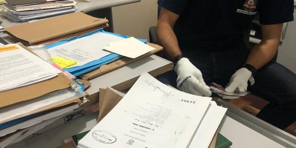 Documentos foram apreendidos durante operação em Viamão   Foto: Eduardo Amaral / Especial / CP