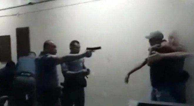 Vídeo mostra policial ao apontar arma para adolescente já imobilizado Reprodução Record TV