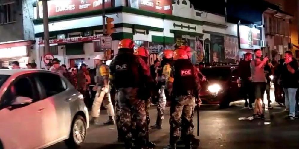 Com escudos e uso da cavalaria, os policiais do Pelotão de Choque utilizaram bombas de gás lacrimogêneo para retirar a aglomeração de pessoas das ruas do bairro | Foto: Record TV RS / Reprodução