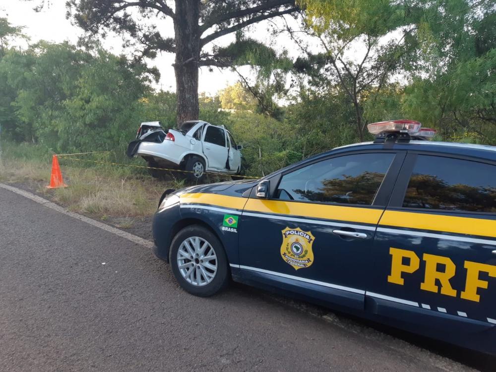 Homem morre após colidir carro contra árvore em Unistalda — Foto: PRF / Divulgação