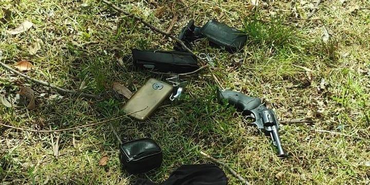 Arma, munições e um celular foram apreendidos após a perseguição que terminou nas proximidades do Polo Petroquímico | Foto: Brigada Militar/Divulgação