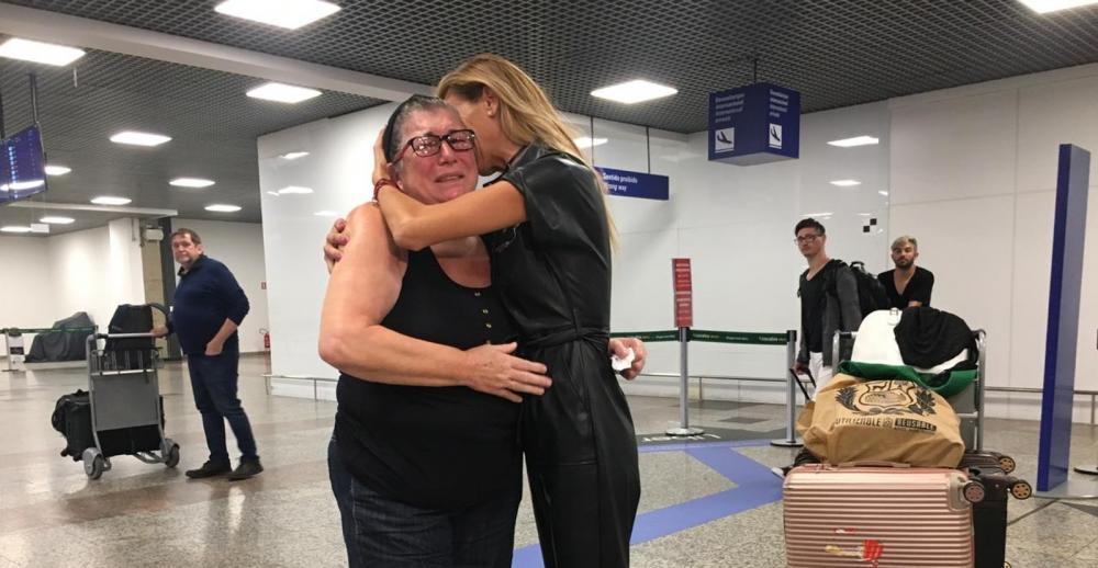 Maria Luiza Vargas, mãe de Vanessa, e a amiga Netucia de Souza Pires na chegada do corpo em Porto Alegre — Foto: Samuel Vettori/RBS TV
