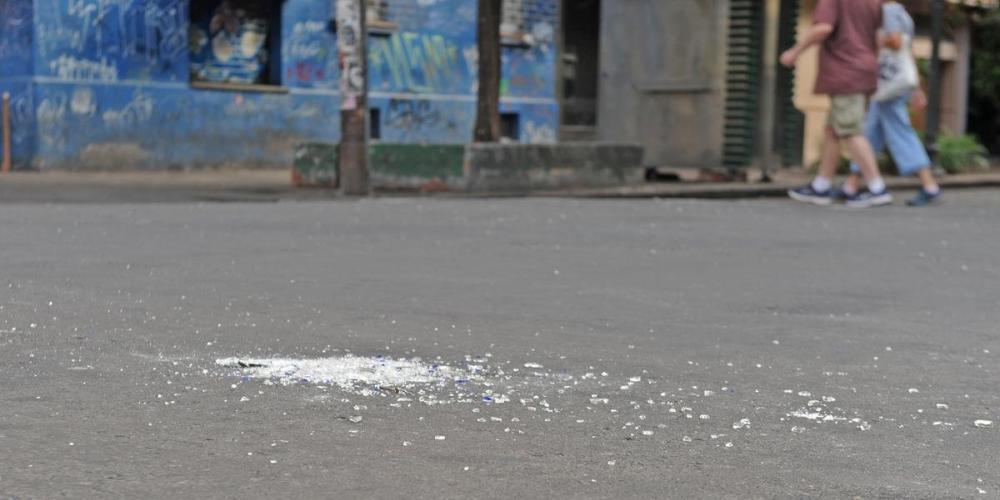BM voltou a intervir com bombas de gás lacrimogêneo para dispersar brigas no bairro Cidade Baixa | Foto: Alina Souza