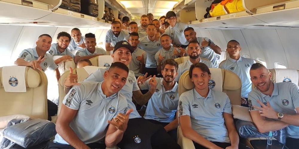 Jogadores tiraram tradicional foto de viagem dentro da aeronave que leva o grupo para a Colômbia   Foto: Grêmio / Divulgação / CP