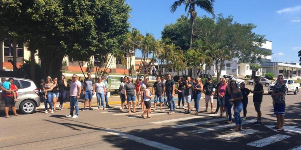 Protesto ocorreu em frente a Prefeitura do município | Foto: Divulgação / CP