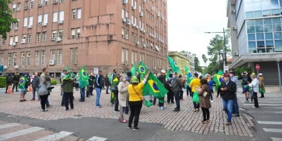 Ativistas pró e contra Bolsonaro realizam manifestações no Centro de Porto Alegre