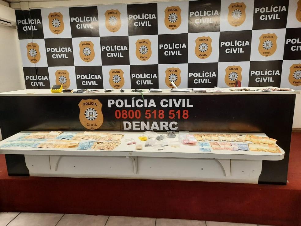 Com os presos foram encontradas drogas, dinheiro e uma balanço de precisão — Foto: Divulgação / Polícia Civil