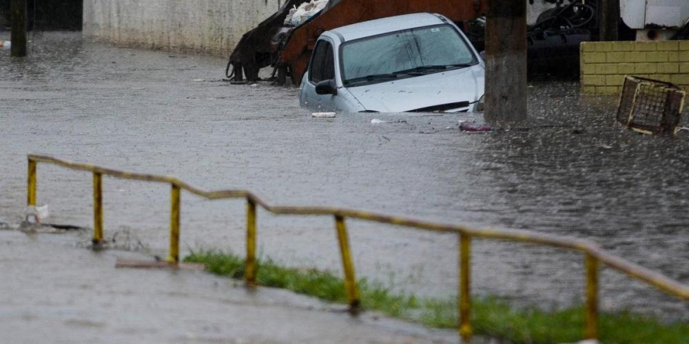 Carro ficou parado no alagamento do Arroio Sarandi, na zona Norte de Porto Alegre | Foto: Guilherme Almeida