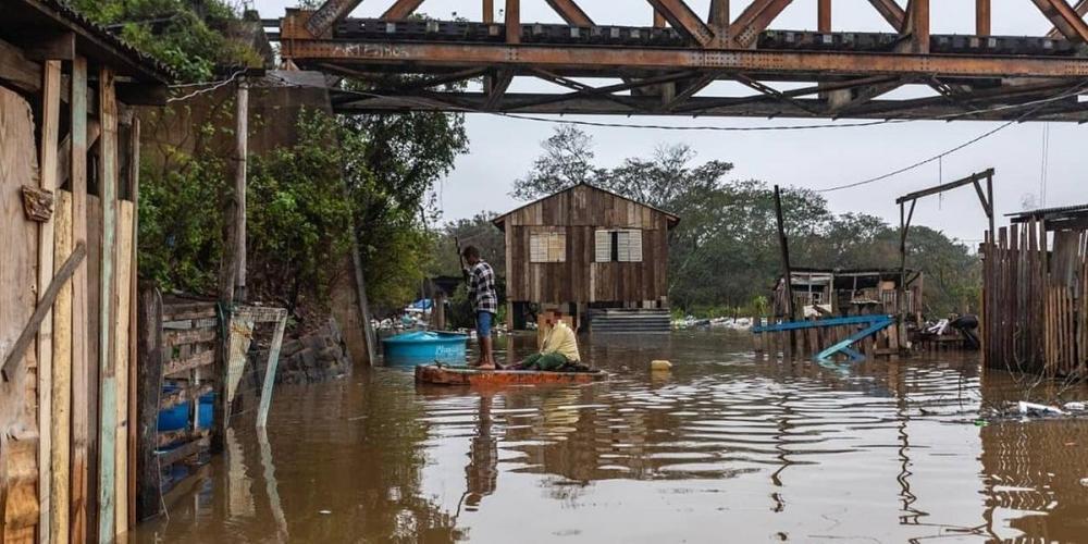 Afetados pelo aumento do nível do Rio dos Sinos recebem doações em Canoas