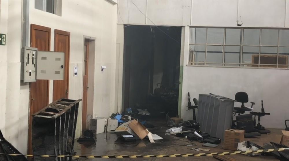 Incêndio atingiu três secretarias em Santana do Livramento — Foto: Reprodução / RBS TV