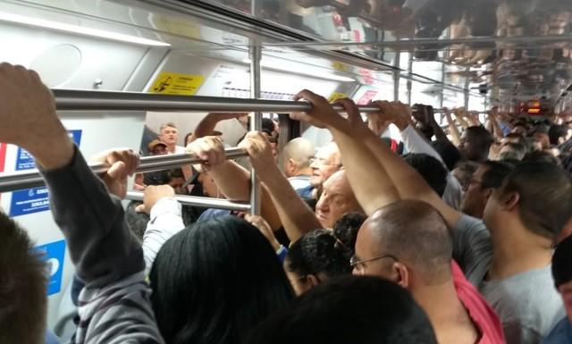 Trem em Esteio fica lotado na manhã desta terça-feira (8) após problema — Foto: Taís Borges de Castro/Arquivo Pessoal