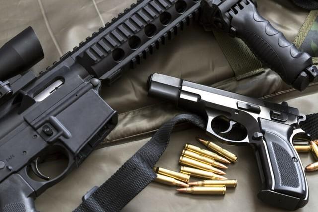 Fuzis, pistolas e munições foram apreendidas com pai e filho em Bagé — Foto: JF-RS/Divulgação