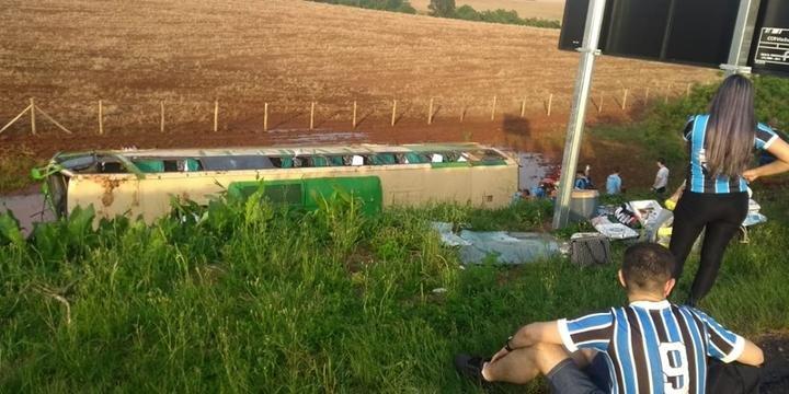 Trânsito ficou em meia pista, com fluxo alternado, no km 209 | Foto: Rádio Atual FM / Divulgação / CP