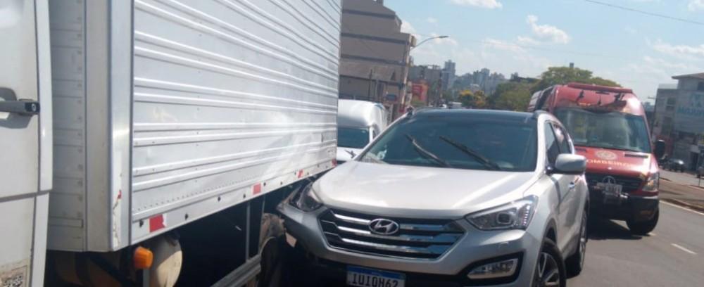 Condutor passa mal e acaba colidindo em caminhão estacionado no bairro Petrópolis em Passo Fundo