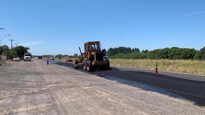 Trabalho de nivelamento das irregularidades do asfalto da ERS-030 - Foto: Divulgação / Daer