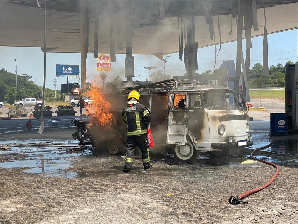 Chamas destruíram kombi em posto de combustíveis de Gravataí neste domingo (19) — Foto: Giovani Grizotti/RBS TV