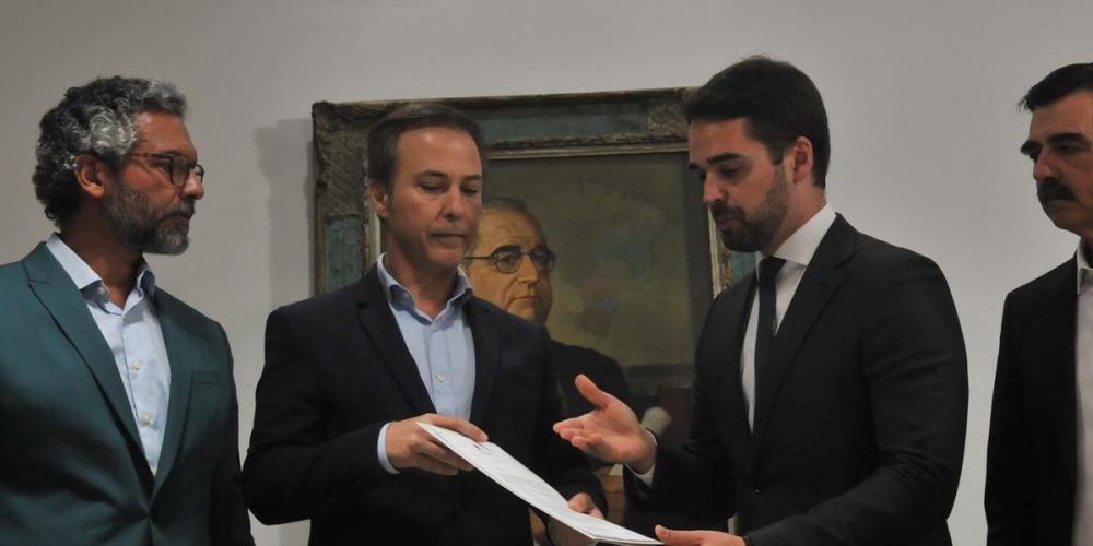 Eduardo Leite entrega o pedido de convocação ao presidente da Assembleia Legislativa, Luís Augusto Lara | Foto: Ricardo Giusti