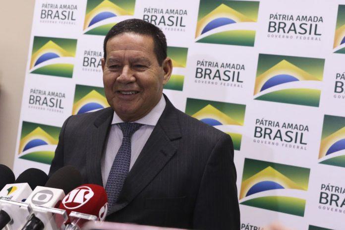 O Presidente em exercício Hamilton Mourão fala à imprensa
