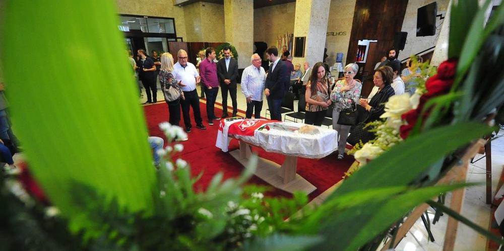Familiares e amigos se despedem de Ibsen Pinheiro, na Assembleia | Foto: Fabiano do Amaral
