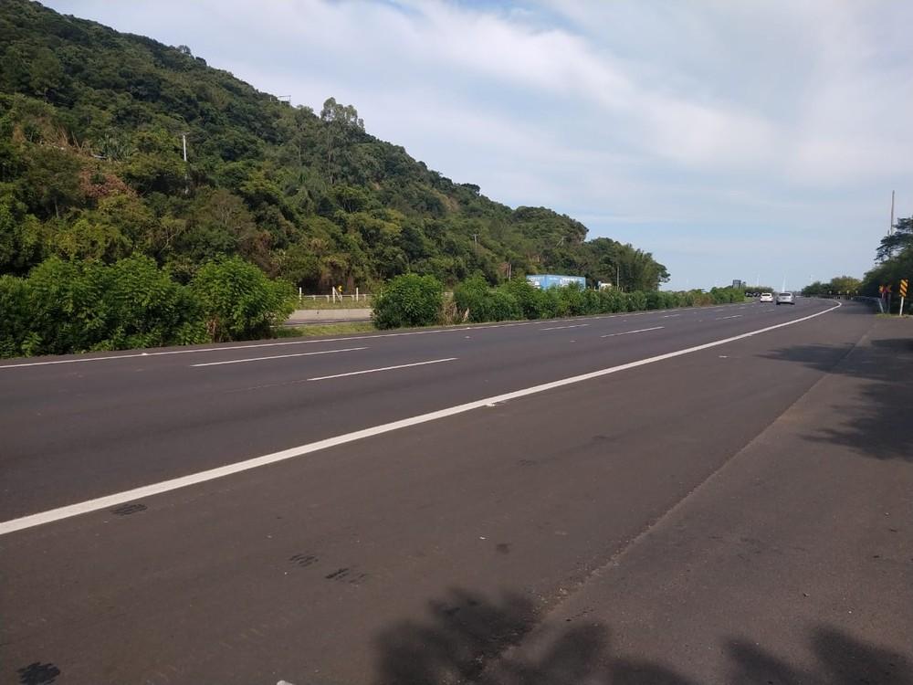 Acidente aconteceu na freeway, em direção ao litoral. — Foto: Roberta Mércio / RBS TV